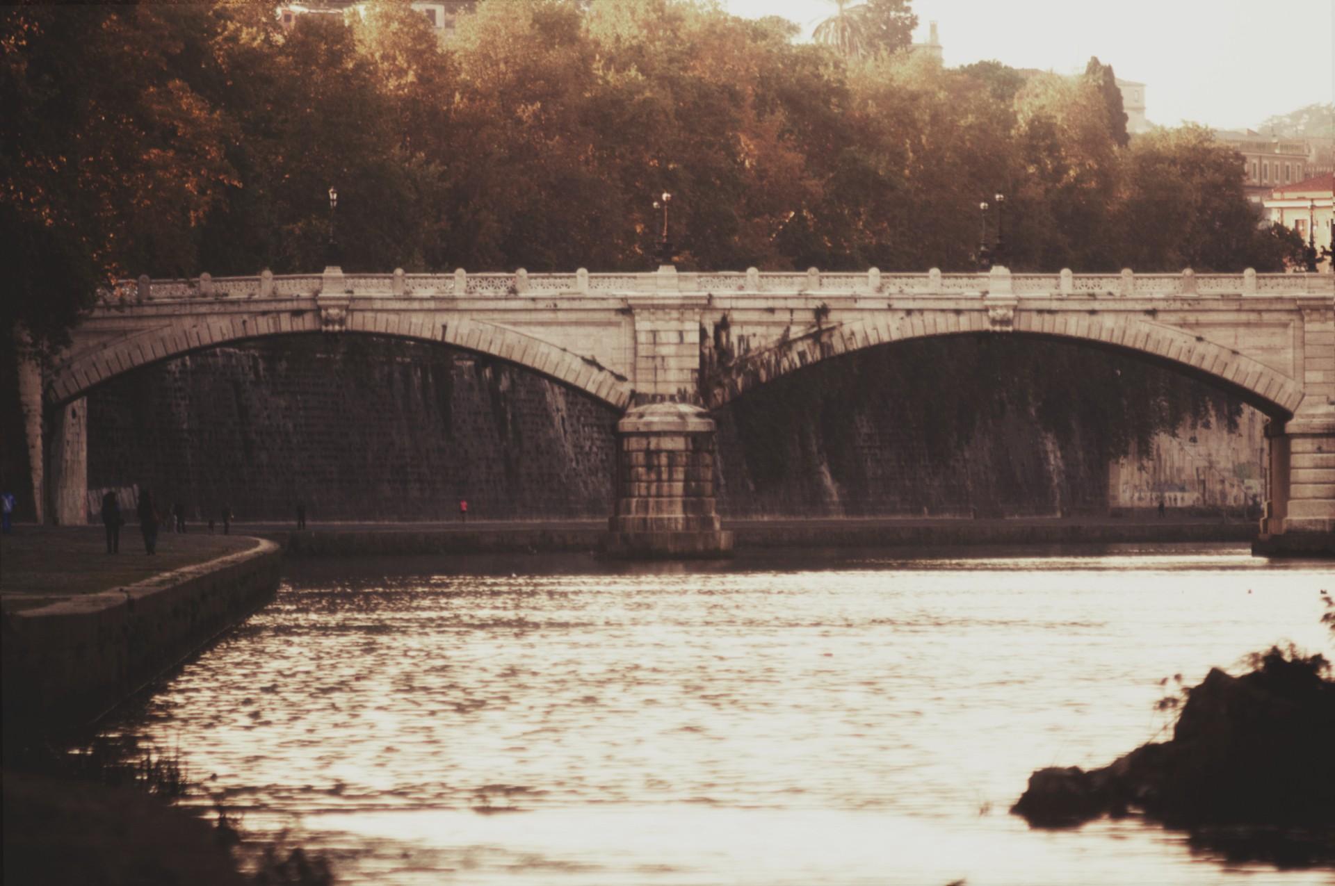Sul lato del Lungotevere, sul lato di una estate - Michele Settembre